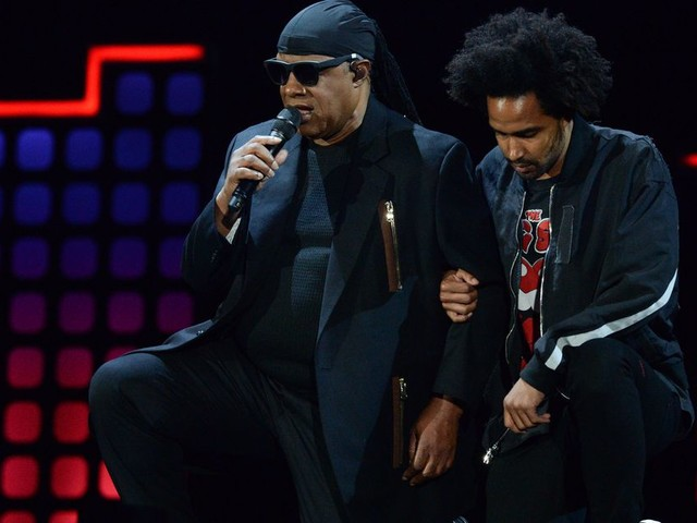 Stevie Wonder takes to his knees in solidarity after Trump's NFL remarks