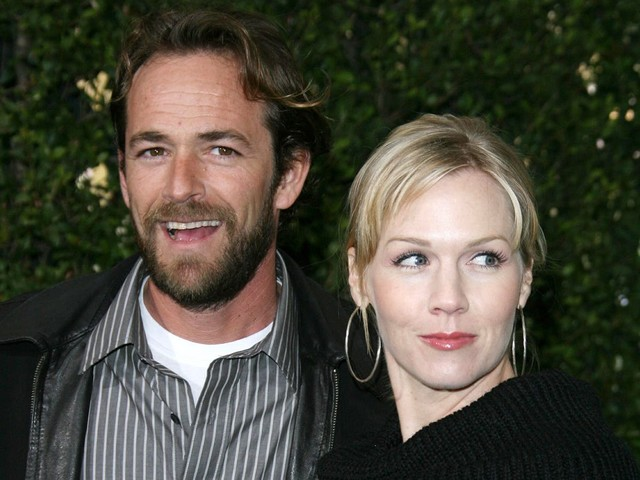 Jennie Garth recalls being put in zoo cage with Luke Perry to escape 90210 fans