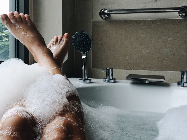 Hot Baths Could Reduce Your Risk Of Heart Disease, But You're Going To Have To Clear Your Diary