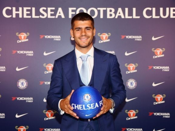 Photo: Chelsea transfer complete, top class star poses with club shirt after securing move