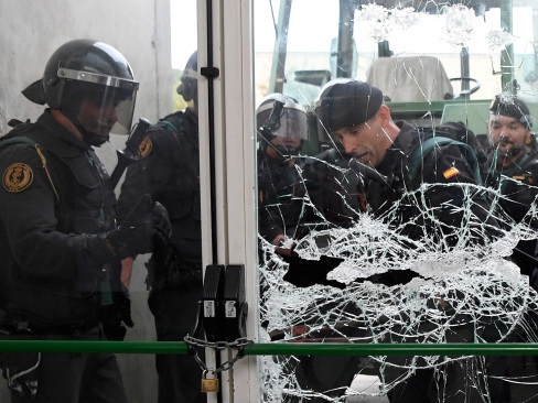 92 hurt as Spanish riot police crack down on banned Catalan vote (Updated)