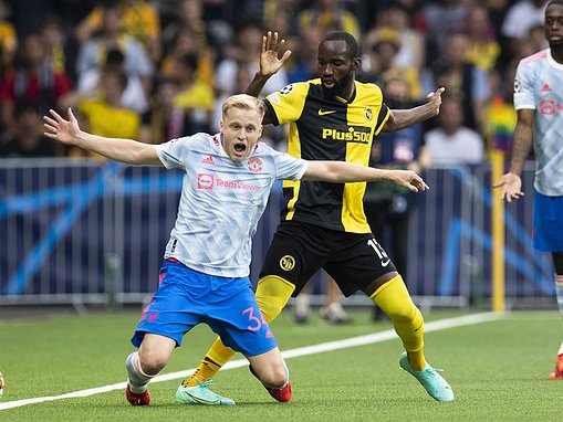 Donny van de Beek 'running out of time to save his Manchester United career' claims Dimitar Berbatov