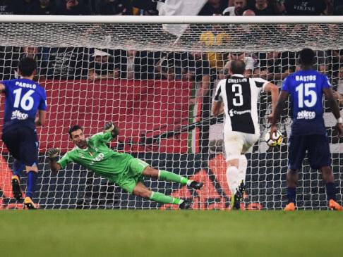 Napoli pull clear as Lazio topple Juventus