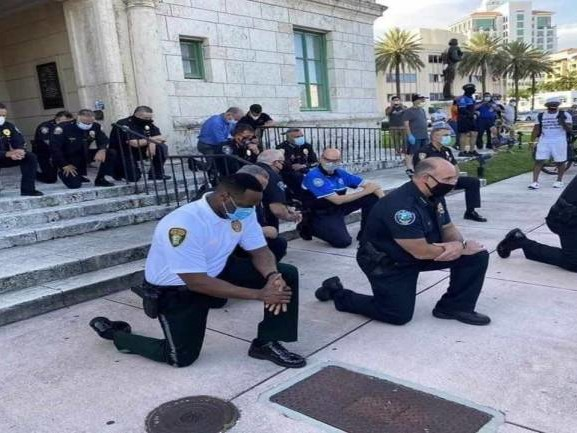 George Floyd death: Policemen kneel before protestors to apologise; several join protests