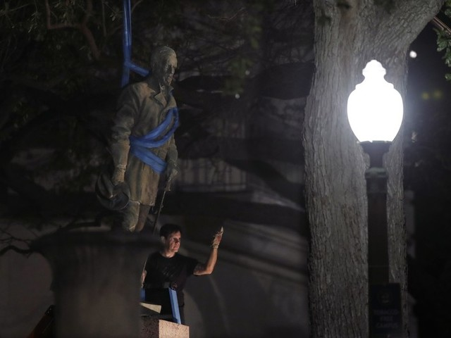 University of Texas at Austin removes its Confederate statues overnight