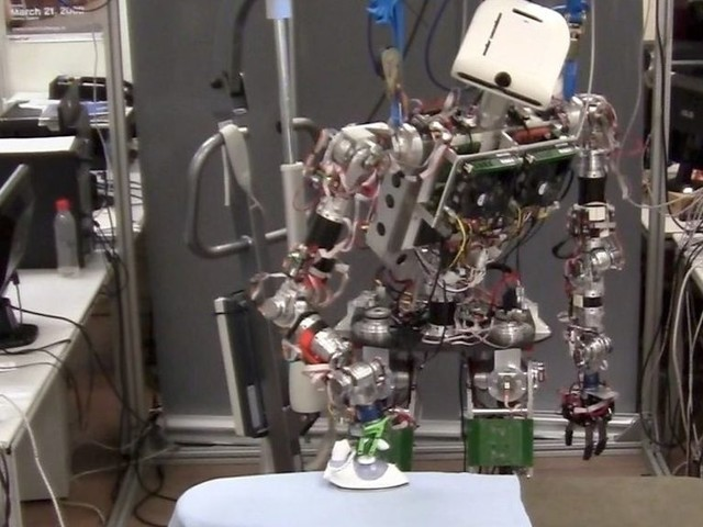 Ironing robot tackles creased clothes
