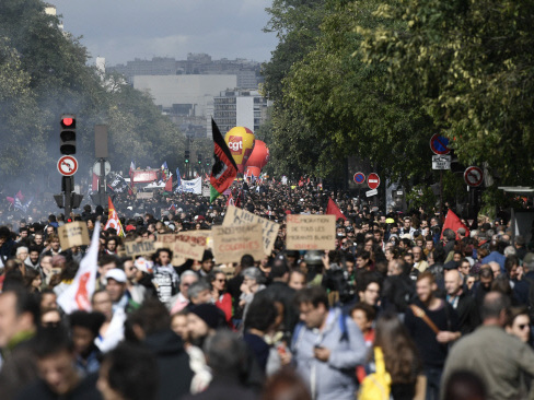 Thousands protest Macron labour reforms in France