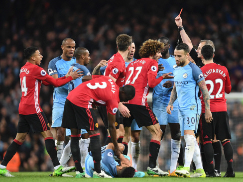 Fellaini sent off as United, City draw blank