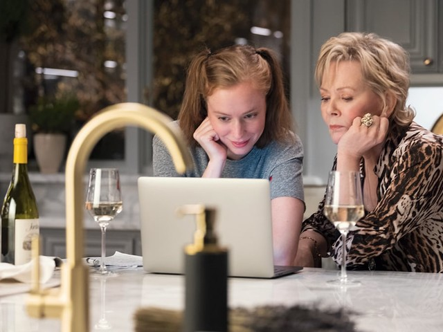 'Hacks' Creators' Biggest Challenge: Writing Deliberately Stale Jokes for Jean Smart's Aging Stand-Up