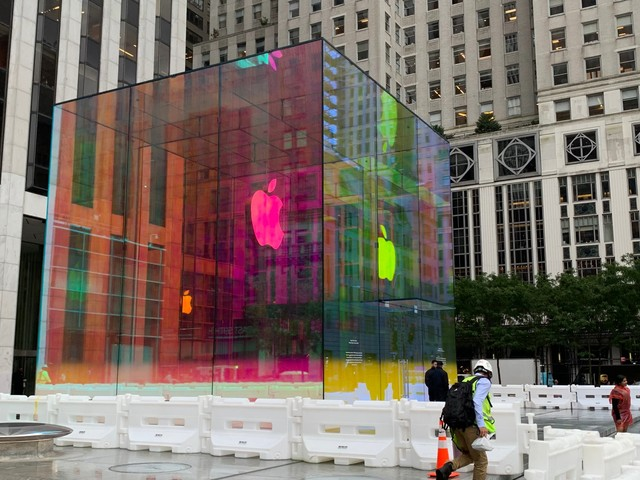 Apple's iconic glass cube outside its flagship 5th Avenue store has finally returned — check out its mesmerizing, colorful new look before it goes back to normal (AAPL)