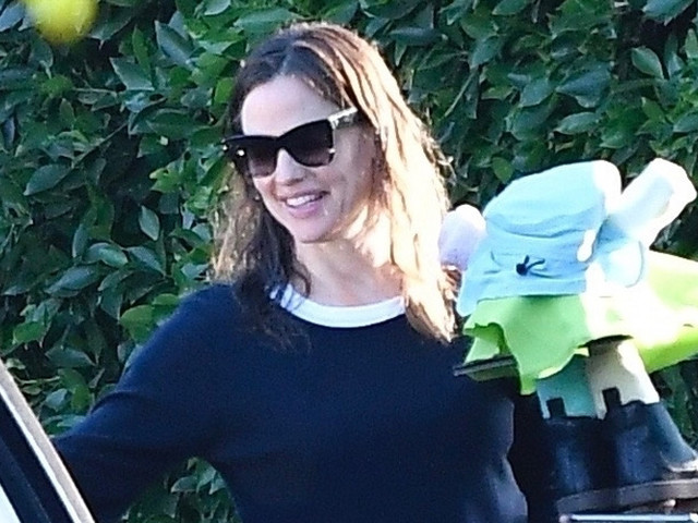 Jennifer Garner Carries Homemade Art While Taking the Kids to School