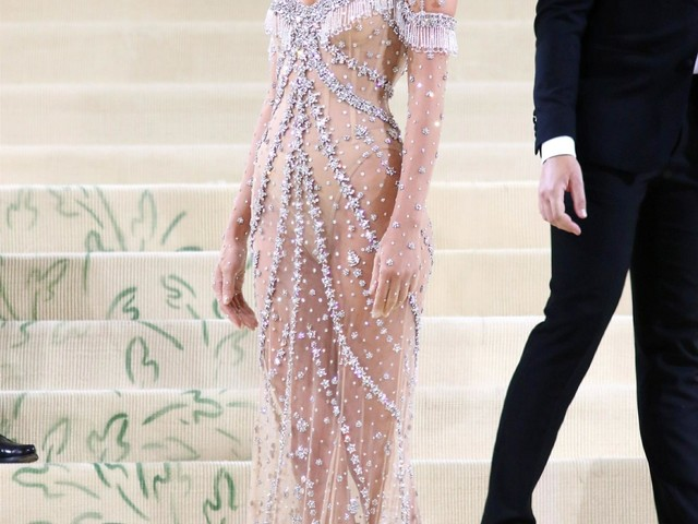 Kendall Jenner wore a boring & sparkly Versace to the Met Gala