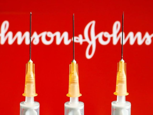 5 experts who will vote on the fate of J&J's vaccine believe we should end the pause — and possibly add a warning for women