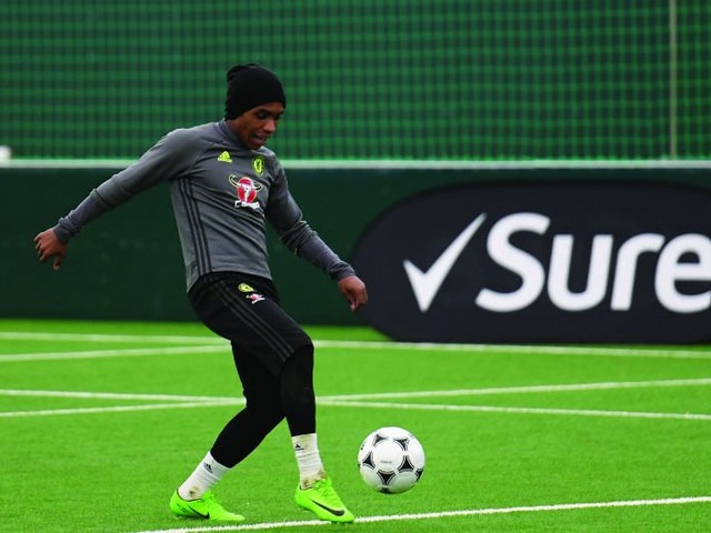 Photo: Chelsea starlet tussles with Willian in training at Cobham ahead of Arsenal clash