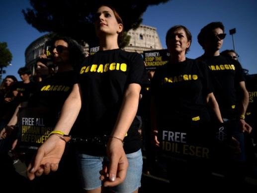 Turkey court keeps German reporter behind bars