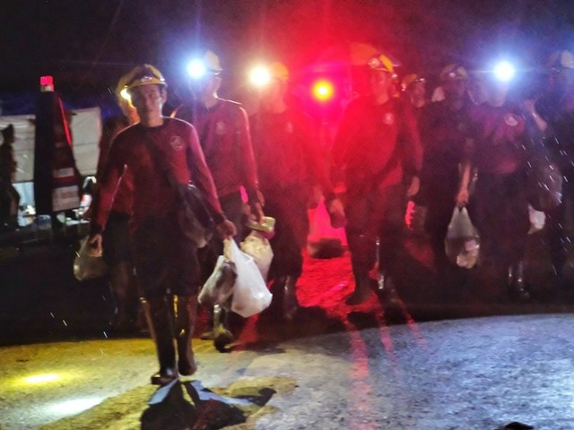 Rescue divers have gone back into the Thai caves to rescue the 8 boys still trapped inside