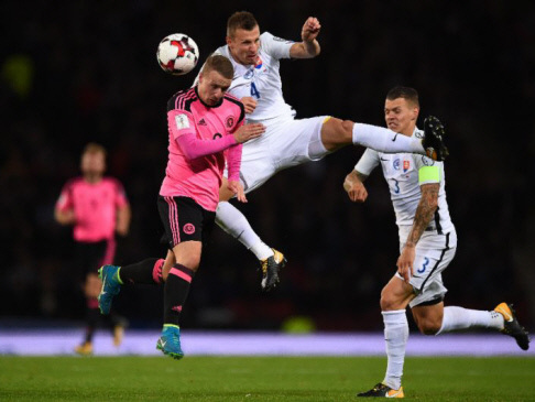 Last-gasp Scotland keep World Cup dream alive