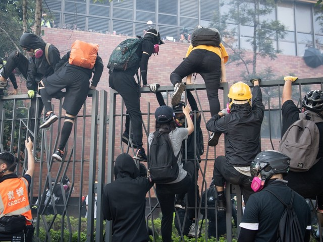 Hong Kong police try to storm university building