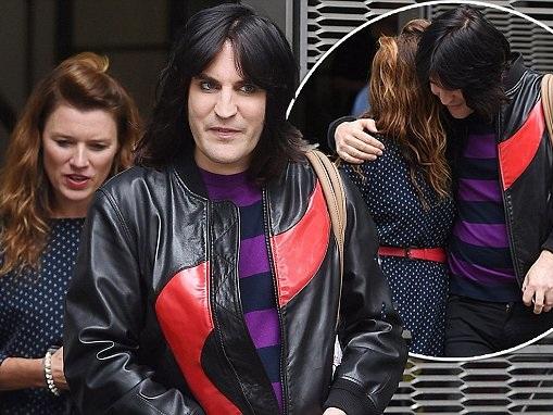 GBBO's Noel Fielding wraps arm around girlfriend in London