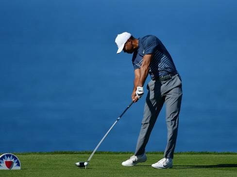 Woods sneaks into weekend with closing birdie