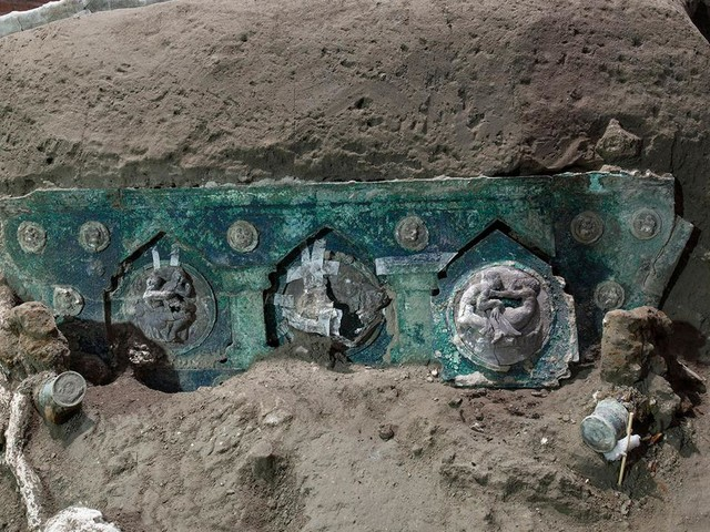 Archaeologists find intact ceremonial chariot near Pompeii