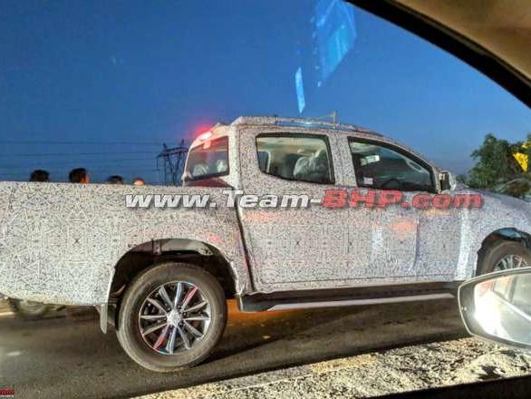 New Isuzu D-Max V Cross spied wearing machine cut alloys – LED tail light