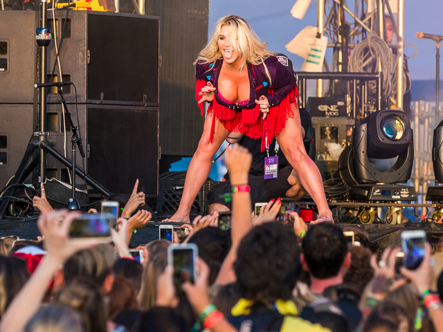 Kesha Rules the Stage at Kaaboo Del Mar Music Festival!