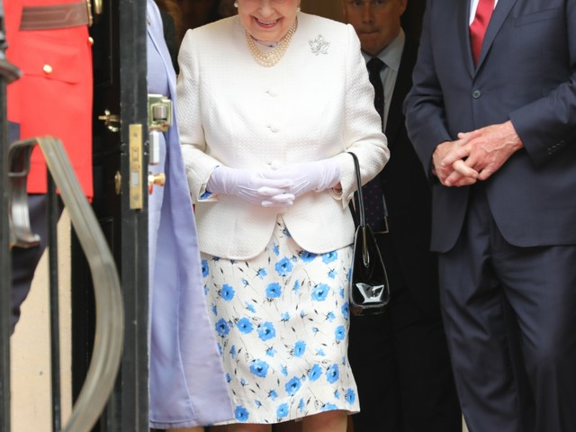Canadian brute breaks protocol, touches the Queen… by helping her down stairs