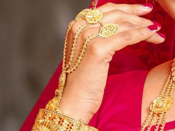 Indian jewellers lift shutters; discounts prevail in top hubs