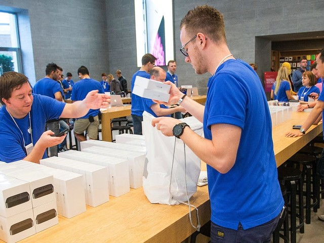 Apple Store employees feel like robots, Goldman's alt-investment 'storefront,' and a foolproof budget spreadsheet