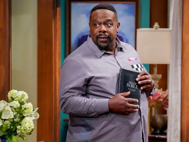 Emmys Host Cedric the Entertainer's 'The Neighborhood' Is a Hit – Especially Among Black Viewers