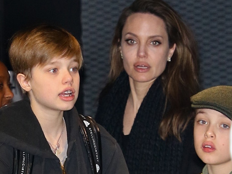 Angelina Jolie Takes 5 Of Her 6 Kids Out On The Town For Shopping & Dinner – Pics
