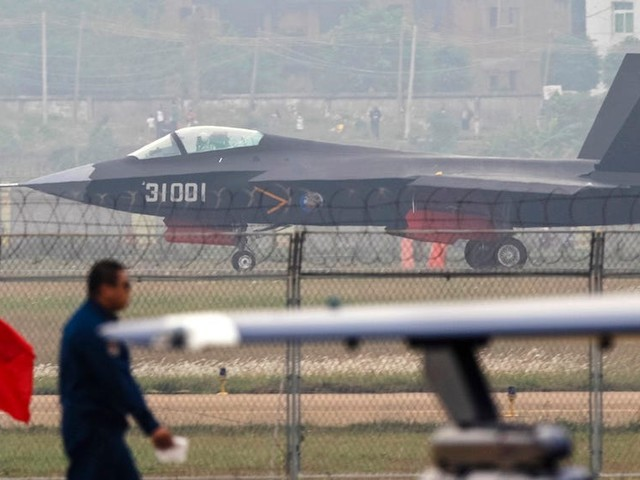 China's first stealth fighter for aircraft carriers is emerging, but a big problem still weighs it down