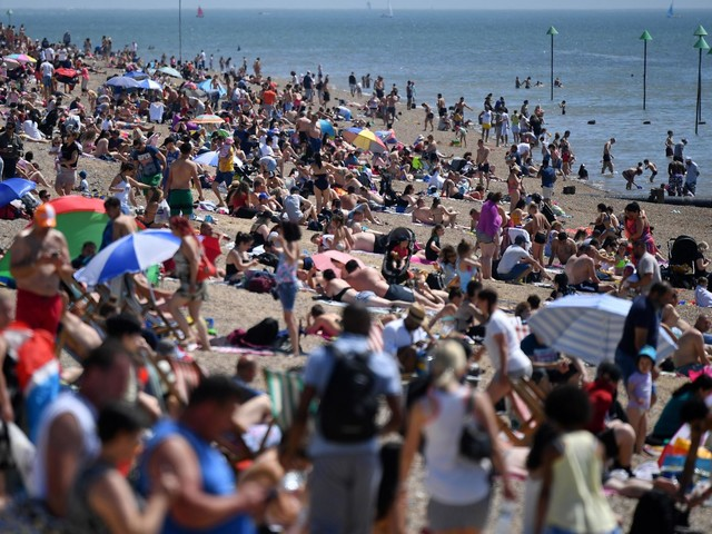 Bournemouth and Southend beaches packed with hundreds of Brits during scorching bank holiday
