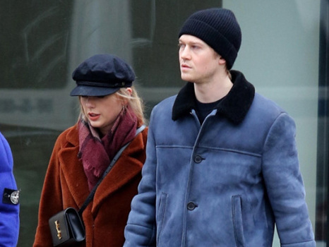 Taylor Swift Looks Like An English Lady As She Covers Her Head In A Scarf On Rainy Date With Joe Alwyn