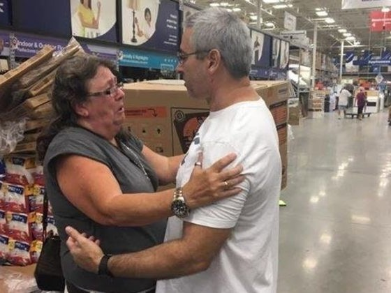 Kind Stranger Gives Up His Comfort To Help A Heartbroken Daughter In need