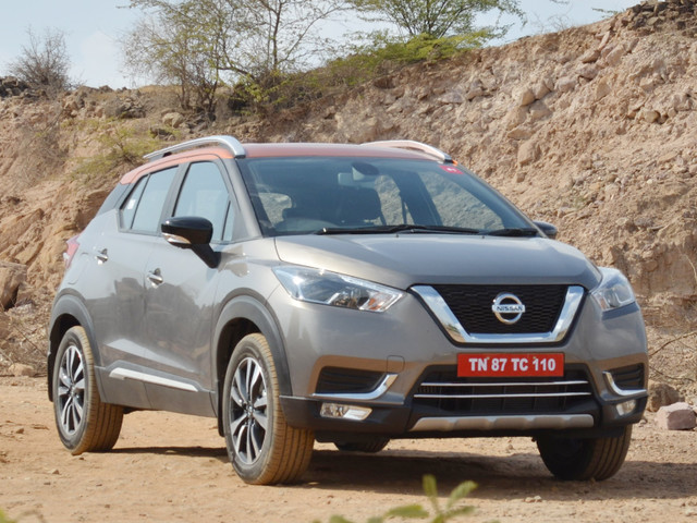 nissan kicks top variant in white with orange roof spied. Black Bedroom Furniture Sets. Home Design Ideas