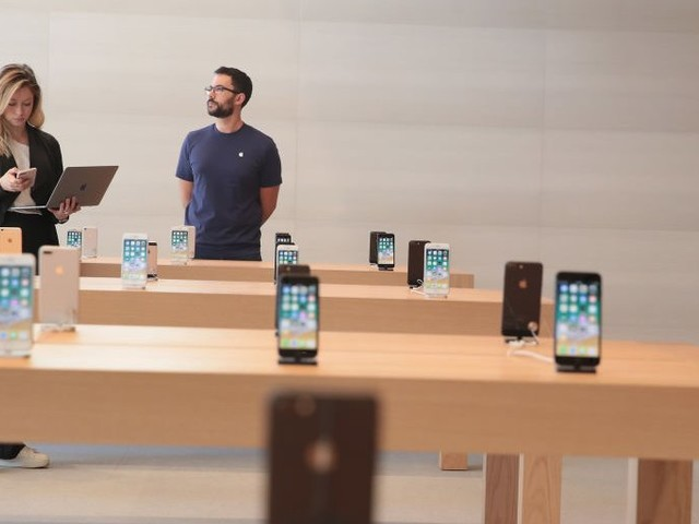 Apple's 'geniuses' are straining under the iPhone's success, but revamped stores could ease the pressure (AAPL)