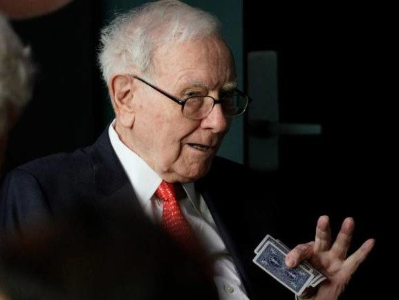 Warren Buffett again encourages investors to bet on America