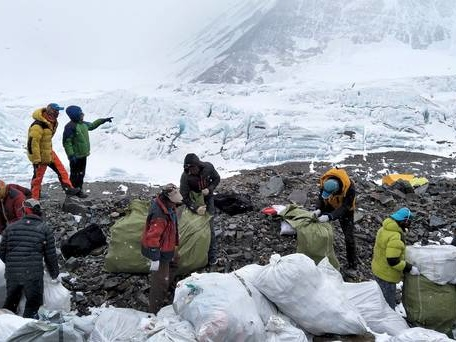 China to cut number of Everest climbers to aid clean-up