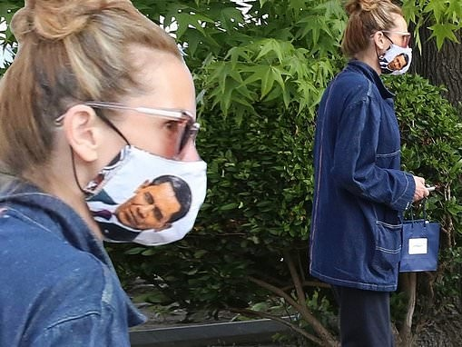 Julia Roberts dons face mask emblazoned with image of President Barack Obama