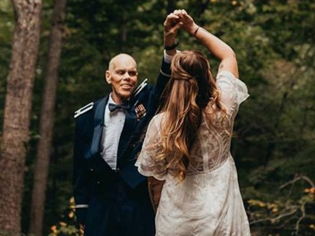 A photographer shared a series of heartbreaking photos after a bride traded her engagement shoot for a final dance with her dying father