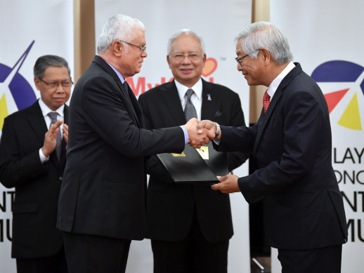 Najib witnesses signing of MoU to help under-performing Orang Asli students (Updated)
