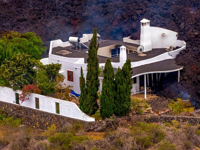 Mountain home narrowly escapes being engulfed by lava from La Palma volcano