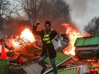 'Yellow vest' anger as French boxer who hit police denied bail