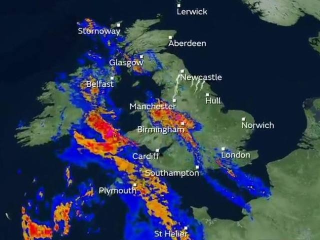 UK weather forecast: Met Office issues flood warnings as heavy rain and thunder sweep country