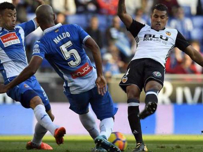 Record-breaking Valencia maintain Barca chase