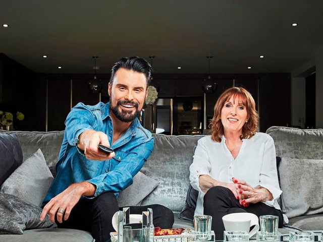 Who is on Celebrity Gogglebox tonight and what time is it on?