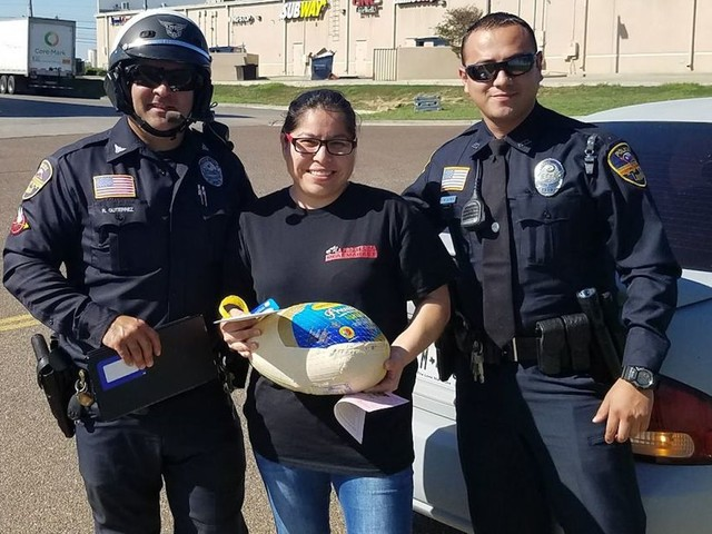 Police officers in Texas are handing out turkeys instead of tickets