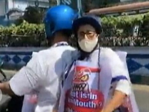 देश प्रदेश : सियासी घमासान के बीच ममता बनर्जी की ई स्कूटर पर सवारी